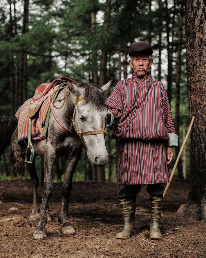 Der 62 Jahre alte Sonam stammt aus dem Osten des Landes. Er hilft Besuchern dabei, das ...