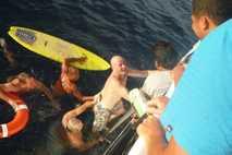 Brett Archibald ging nachts über Bord. Nachdem er gerettet wurde, bestand er darauf, wieder ins Meer ...