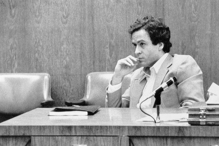 Ted Bundy wirkt bei seiner Gerichtsverhandlung in Orlando, Florida konzentriert. Dort wurde über seine Anklage bezüglich ...