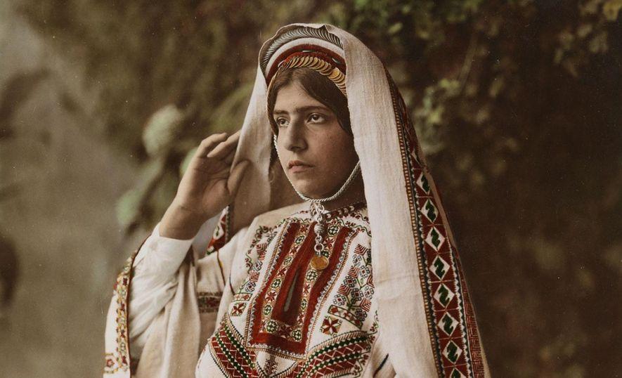 Vintage-Bilder zeigen Bräute verschiedenster Kulturen der Welt