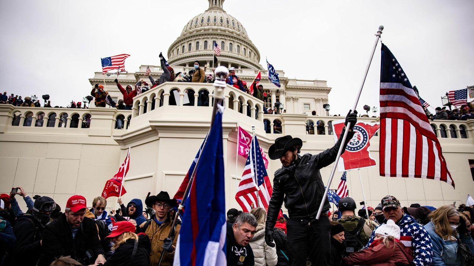 Am Mittwochnachmittag stürmte eine Gruppe von Anhängern des Präsidenten Donald Trump das US-Kapitol in Washington D.C. ...