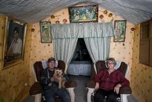 Manuel Gonzales und Encarna Sanchez posieren in ihrem Wohnzimmer für ein Porträt. Die Höhle war das ...