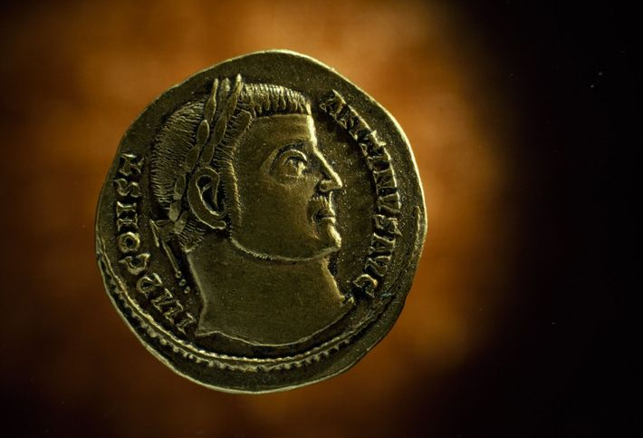 Eine römische Münze zeigt ein Profilporträt von Konstantin dem Großen.