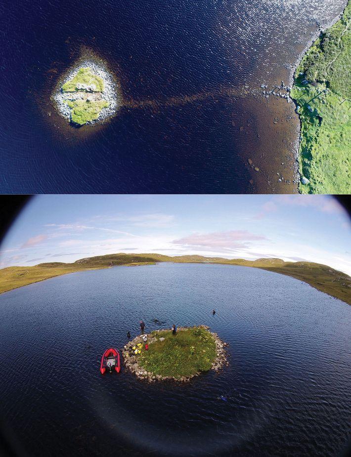 Luftaufnahmen der Crannógs in Loch Bhorgastail (oben) und Loch Langabhat (unten).