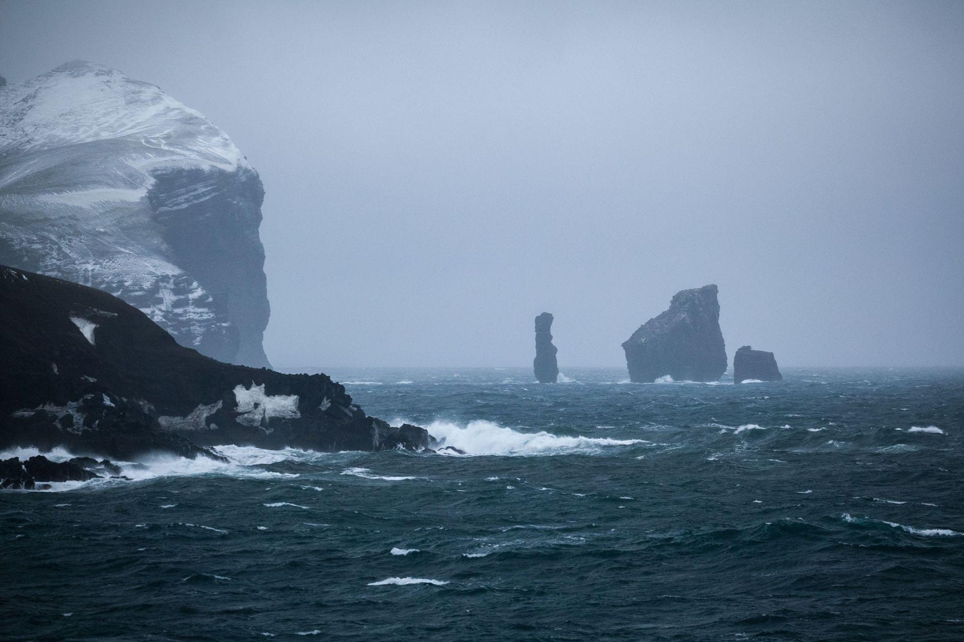 Diese Felsformationen, die als Nähmaschinennadeln bekannt sind, markieren den Eingang zur Caldera der Insel.