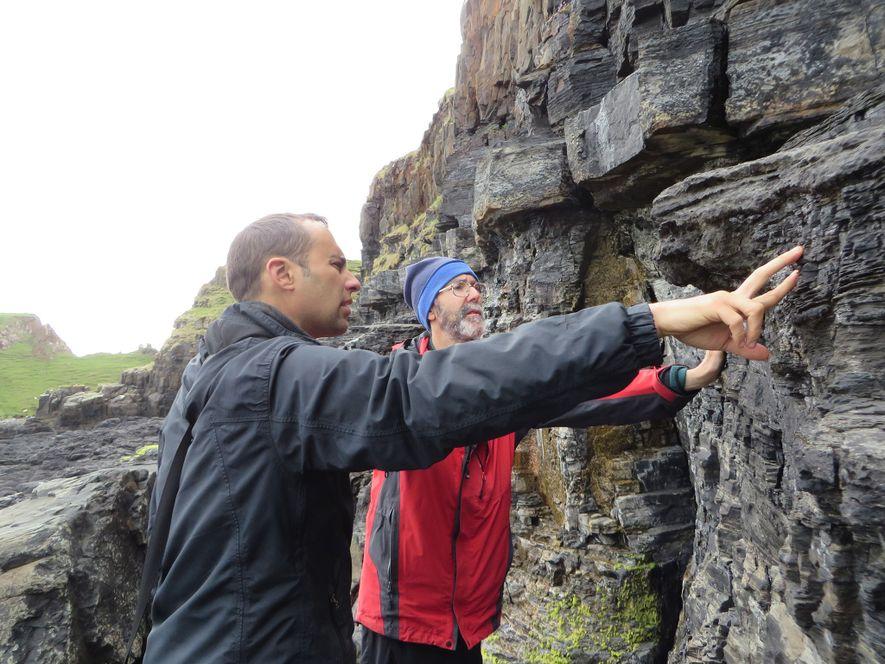 Steve Brusatte (links) und Mark Wilkinson untersuchen eine Klippe direkt gegenüber des Ortes, an dem die ...
