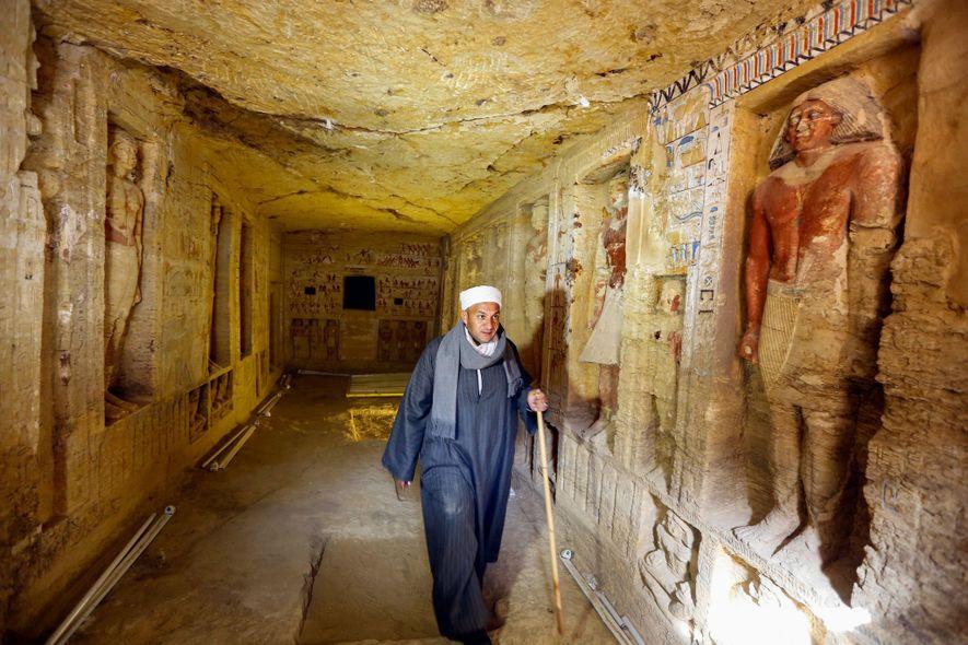 Ein ägyptisches Grabungsteam, darunter auch der Vorarbeiter Mustafa Abdo, entdeckte das reich verzierte Grab eines Priesters.