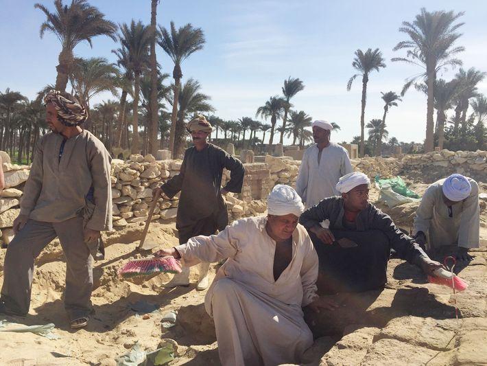 Bevor die Forscher damit begannen, das alte Gräberfeld umfassend zu kartieren, befassten sie sich mit der ...