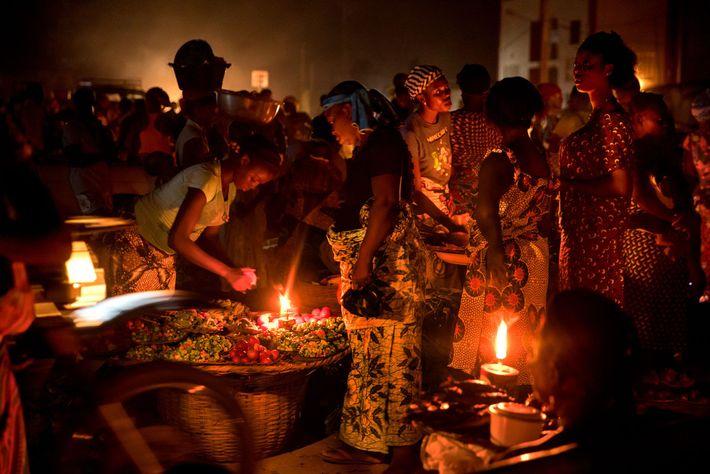 Händler verkaufen ihre Waren auf einem Nachtmarkt.