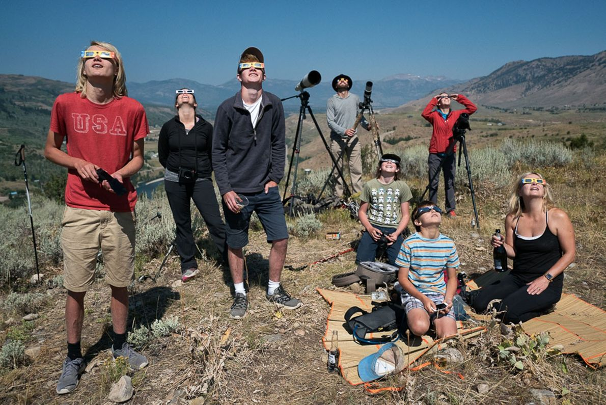 Menschen versammeln sich vor Jackson, Wyoming, um die Sonnenfinsternis zu beobachten. Die vollständige Verdunkelung dauerte hier ...