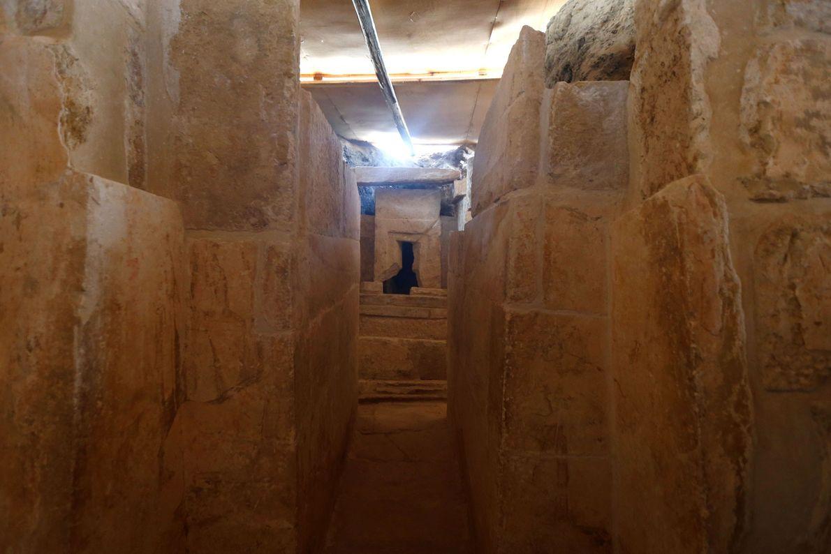 Das Grab aus der Zeit des Alten Reichs hat einen Eingang, der zu einem L-förmigen Schrein ...
