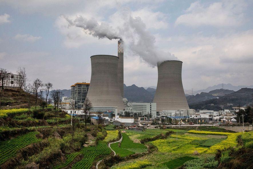 Dieses Kohlekraftwerk in der Provinz Guizhou ist eines der neueren in China. Das Land ist auf Platz eins der globalen Verursacher von CO2-Emissionen – aber investiert auch in erneuerbare Energien.