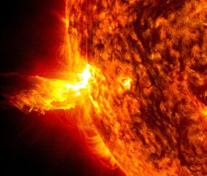 Sonnenstürme können durch Sonneneruptionen wie die hier abgebildete entstehen. Dabei werden geladene Teilchen von der Sonne ...