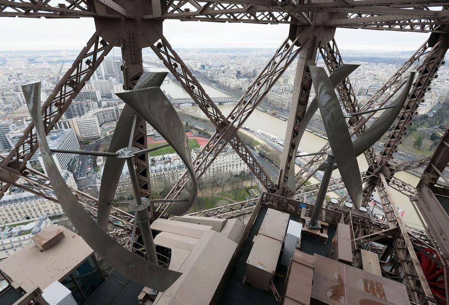 Der Eiffelturm wurde im Rahmen vierjähriger Baumaßnahmen nachgerüstet, um seinen Energieverbrauch und seine CO2-Emissionen bis 2020 ...