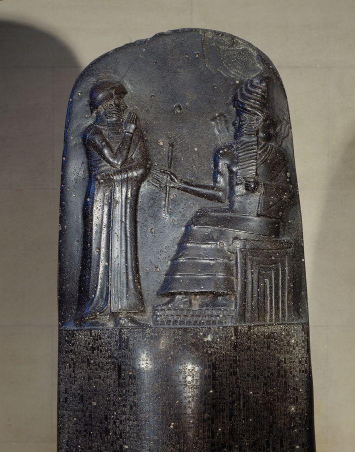 Der obere Teil der Stele des Codey Hammurapi zeigt den Herrscher zusammen mit der Gottheit Šamaš.