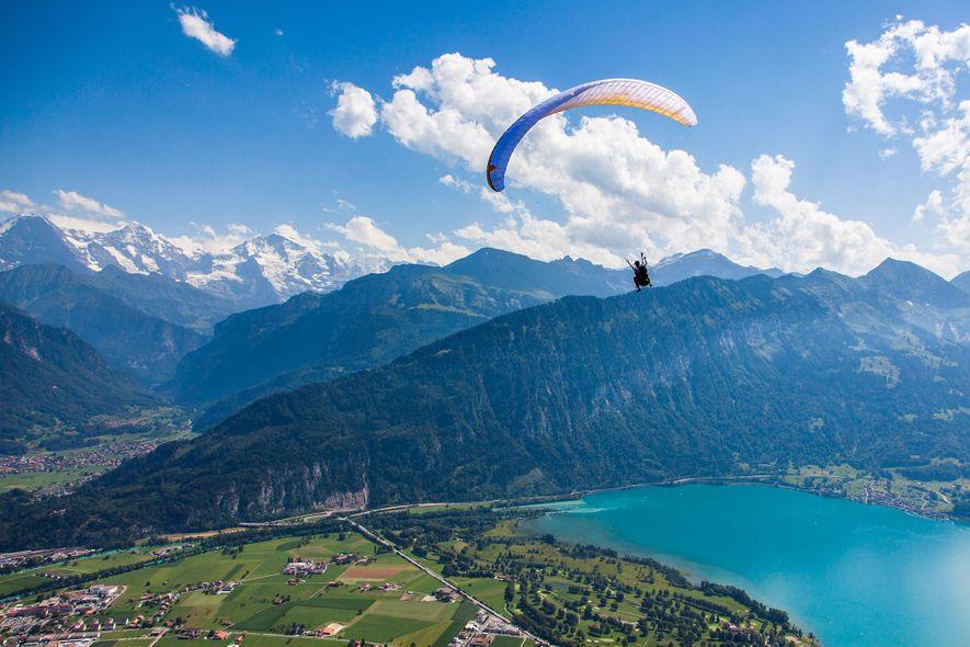 2. SCHWEIZ Erkunden Sie neue Höhen mit einem Gleitschirmflug über Interlaken, Schweiz.