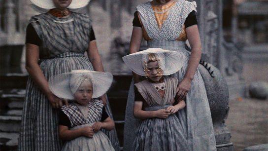 Zwei Frauen posieren mit ihren Töchtern in ihrer traditionellen Tracht der niederländischen Provinz Zeeland.