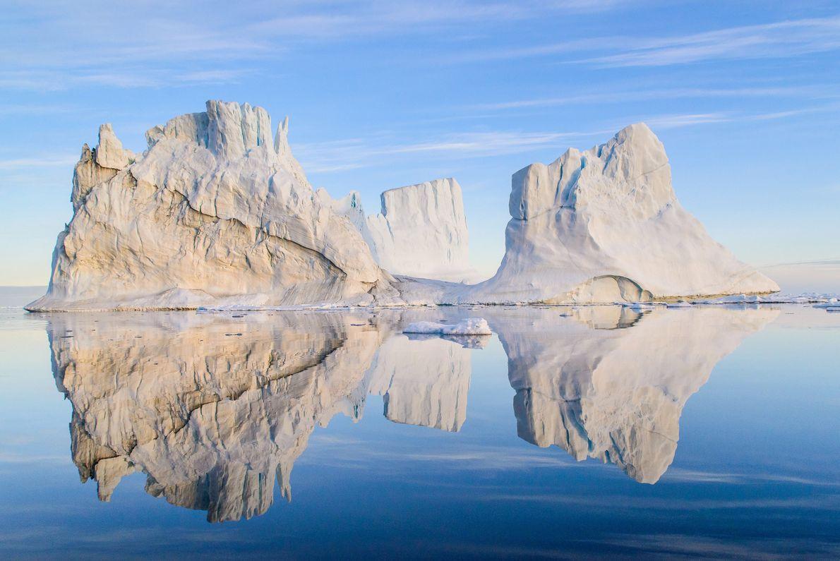 Wenn Besucher die anmutigen Eisberge Grönlands beobachten, müssen sie einen Sicherheitsabstand halten – mindestens die dreifache ...