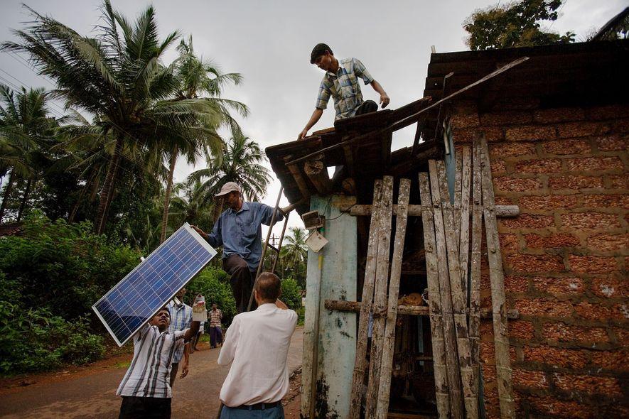 Ein 430 Euro teures Solarpaneel wird auf einem kleinen, ländlichen Supermarkt im indischen Dorf Sullya Taluk ...
