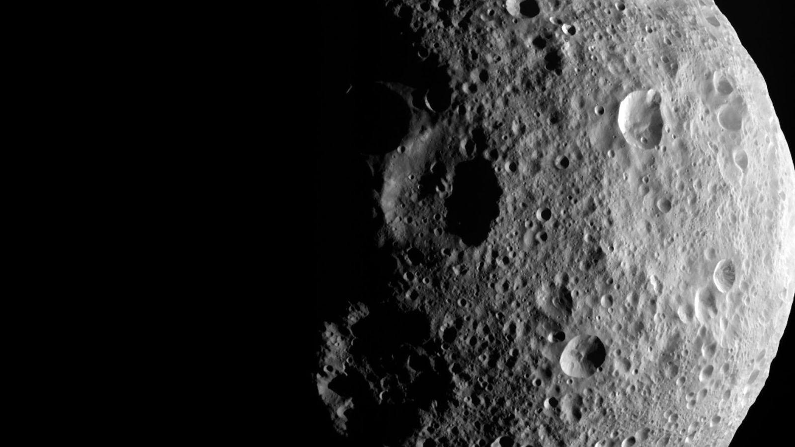 Auf diesem Bild der NASA-Raumsonde Dawn sind die schattigen Umrisse der nördlichen Region Vestas erkennbar.