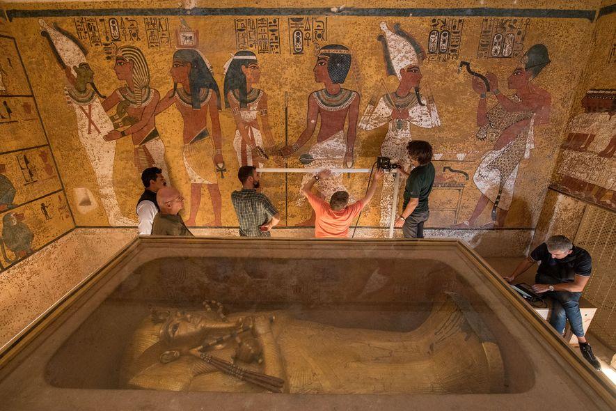 Mit hochmodernem Equipment scannen Techniker eine Wand in Tutanchamuns Grabkammer.