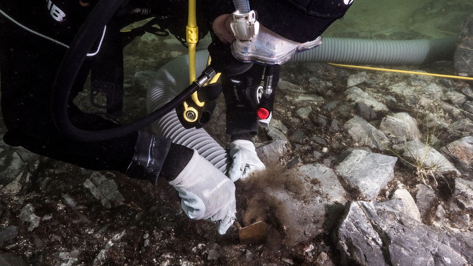 Archäologen graben rituell geopferte Artefakte im Titicacasee in Bolivien aus.
