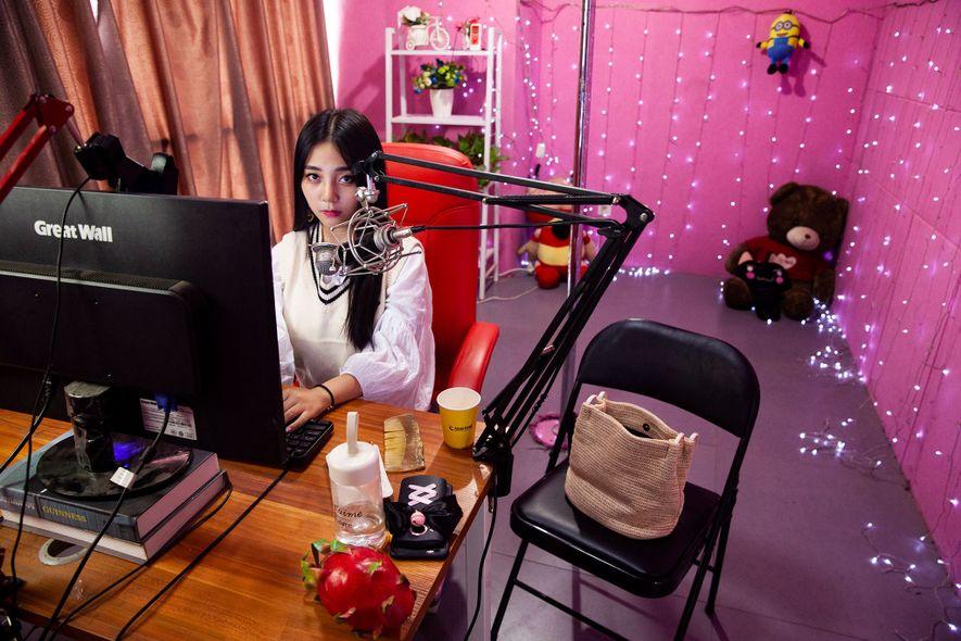 Strawberry, 24, benutzt Filter, um ihr Gesicht im Livestream aus dem chinesischen Xi'an heller und schmaler ...