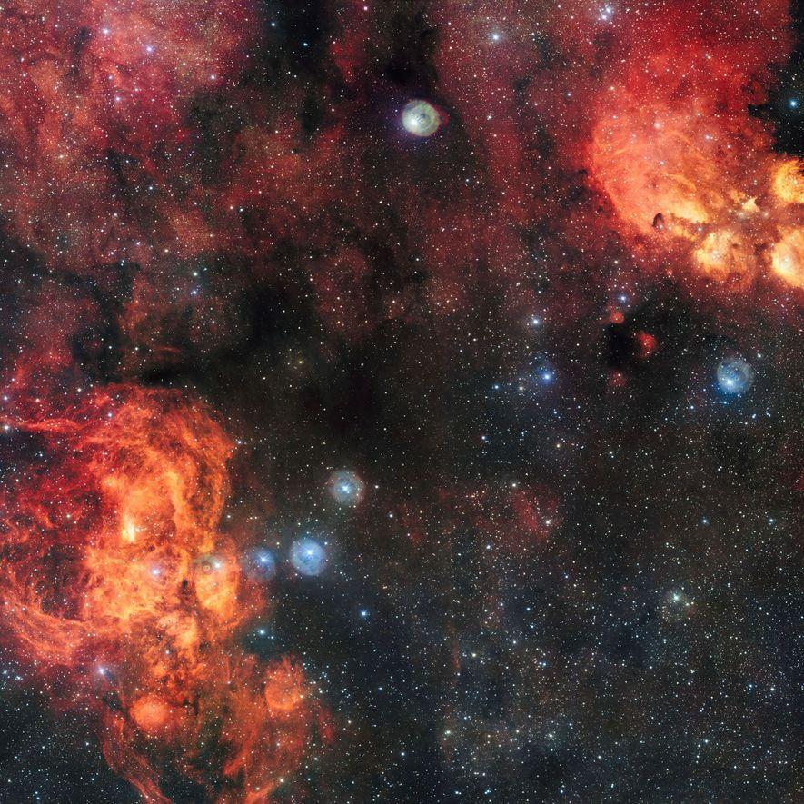 Im Hummernebel (unten links) befindet sich der offene Sternhaufen Pismis 24, der besonders helle und blaue Sterne enthält.
