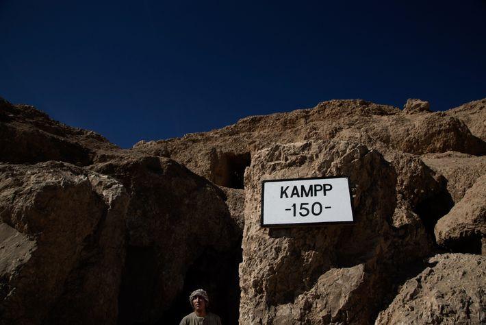 Ein ägyptischer Wachmann bewacht den Eingang des 3.500 Jahre alten Grabs, in dem vor Kurzem eine ...