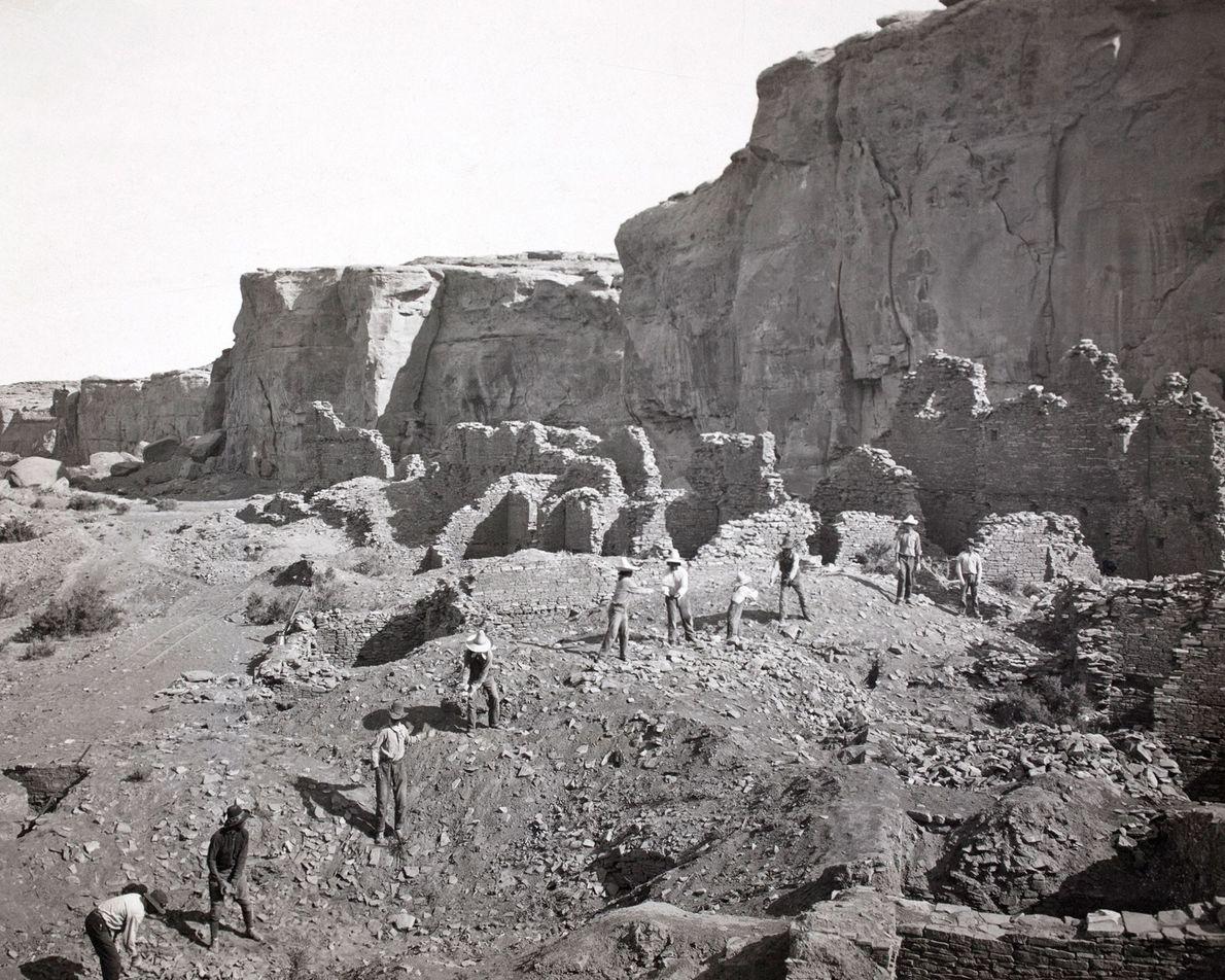 Archäologen entfernen lose Steine, bevor sie Pueblo Bonito ausgraben.