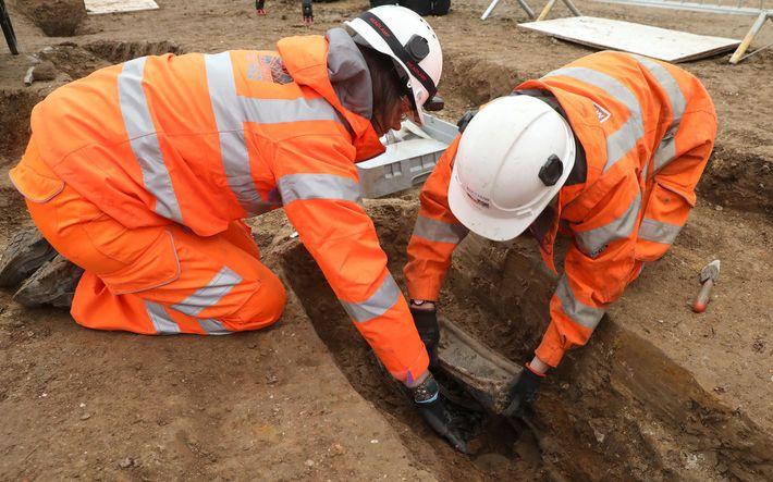 Archäologen heben die Bleiplakette aus Flinders Grab. Die sterblichen Überreste des Entdeckers werden an einen ...