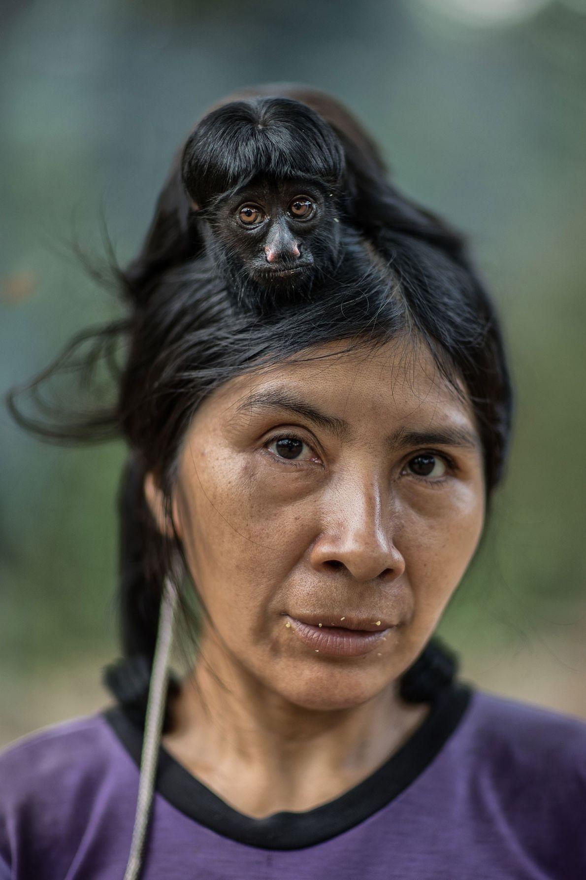 Ayhuan mit einem Schwarzen Saki auf ihrem Kopf. Juriti, Awã-Gemeinschaft, Brasilien