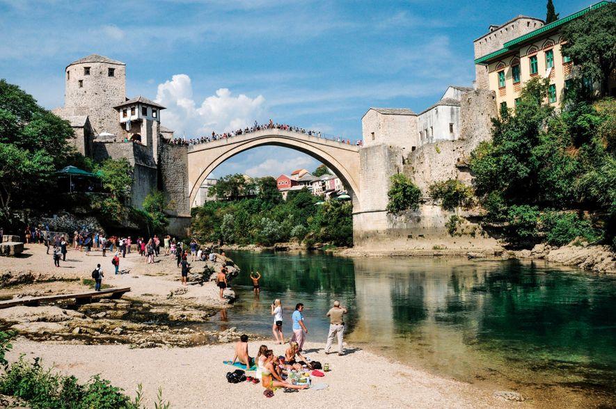 Eine Nachbildung der Stari Most (Alten Brücke) aus dem 16. Jahrhundert überquert die Neretva in Mostar, ...