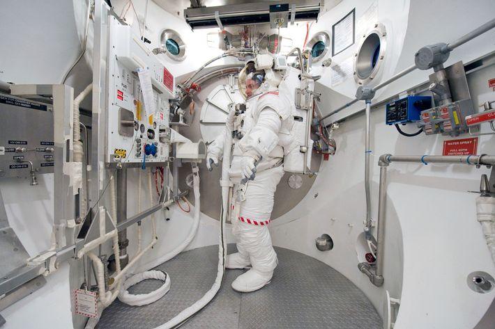 Während einer Trainingssimulation auf der Erde befindet sich Scott Kelly 2010 in einer EMU (Extravehicular Mobility ...