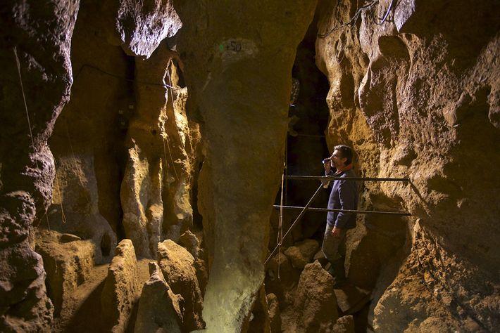Mann steht in Höhle