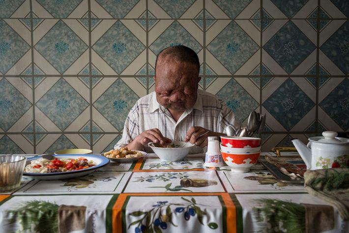 Mann an Küchentisch