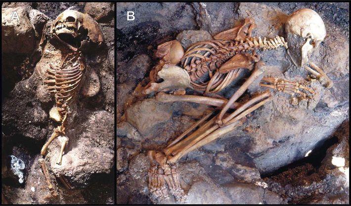 Diese Skelette eines Kindes und eines Jugendlichen wurden bei Ausgrabungen in einer Ascheschicht in Herculaneum entdeckt.
