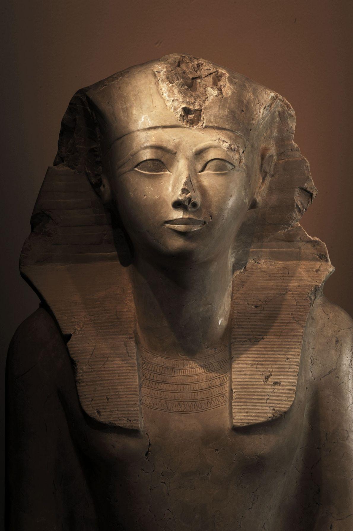 Eine Statue der Königin Hatschepsut aus Kalkstein zeigt sie mit den Insignien eines Königs oder Pharaos, ...
