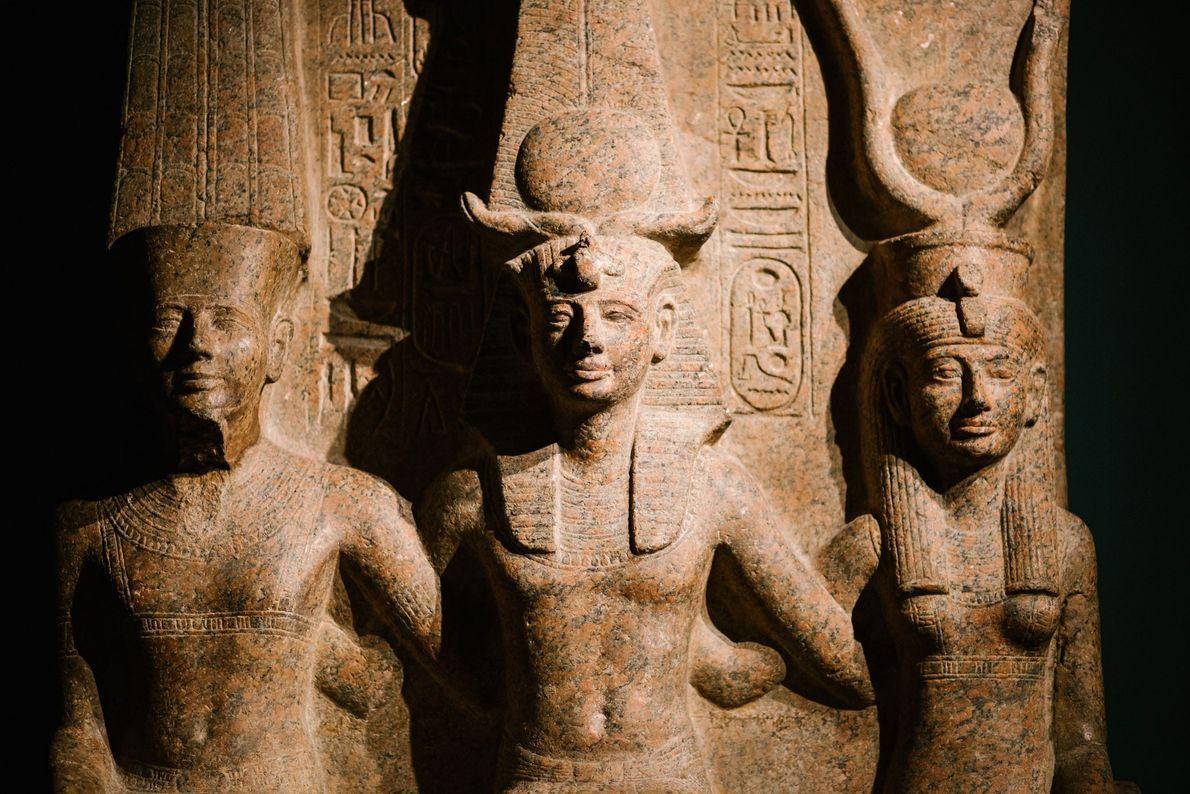 Ramses II. war einer der berühmtesten ägyptischen Pharaonen und wird hier vom Gott Amun und der ...