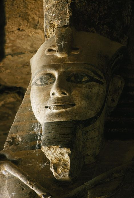 Eine steinerne Figur von Ramses II. in einem Tempel in Gerf Hussein.