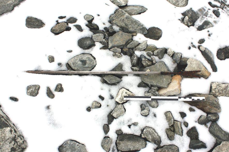 Ein teils vom Schnee verdeckter Pfeil, der ungefähr aus dem Jahr 800 stammt, wurde am Boden ...