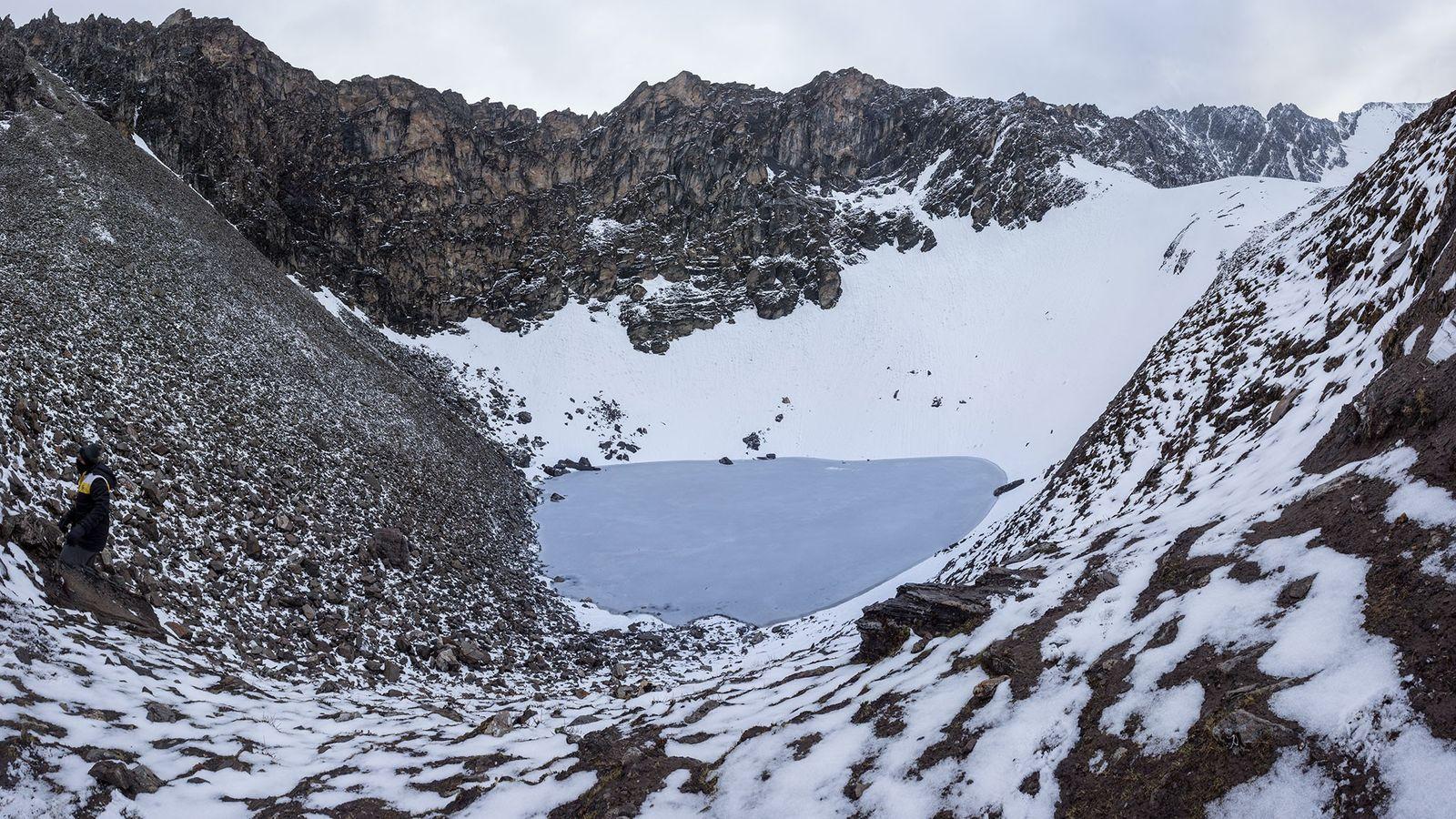 Diese Bildmontage zeigt den Roopkund-See und die umliegenden Berge.