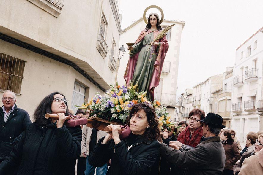 Frauen tragen Statue