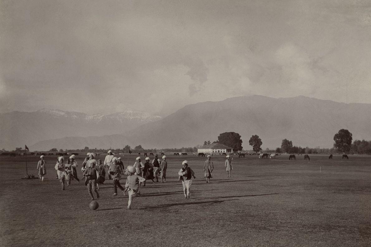 Auf einer Ebene am Fuße des Himalaya spielen Kinder Fußball.