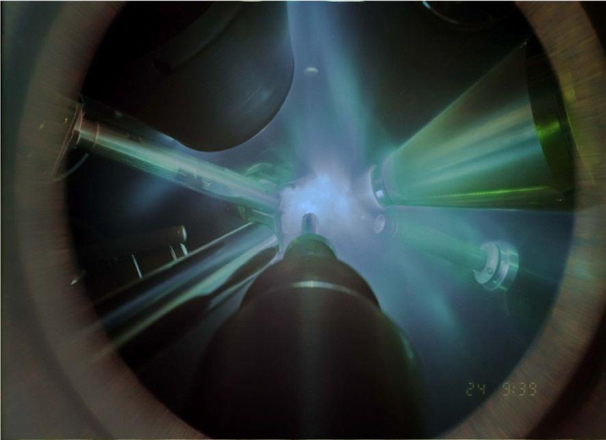 In dieser Aufnahme eines Röntgenbeugungsexperiments wird ein leistungsstarker Laser auf die Wasserprobe gerichtet, die sich auf ...