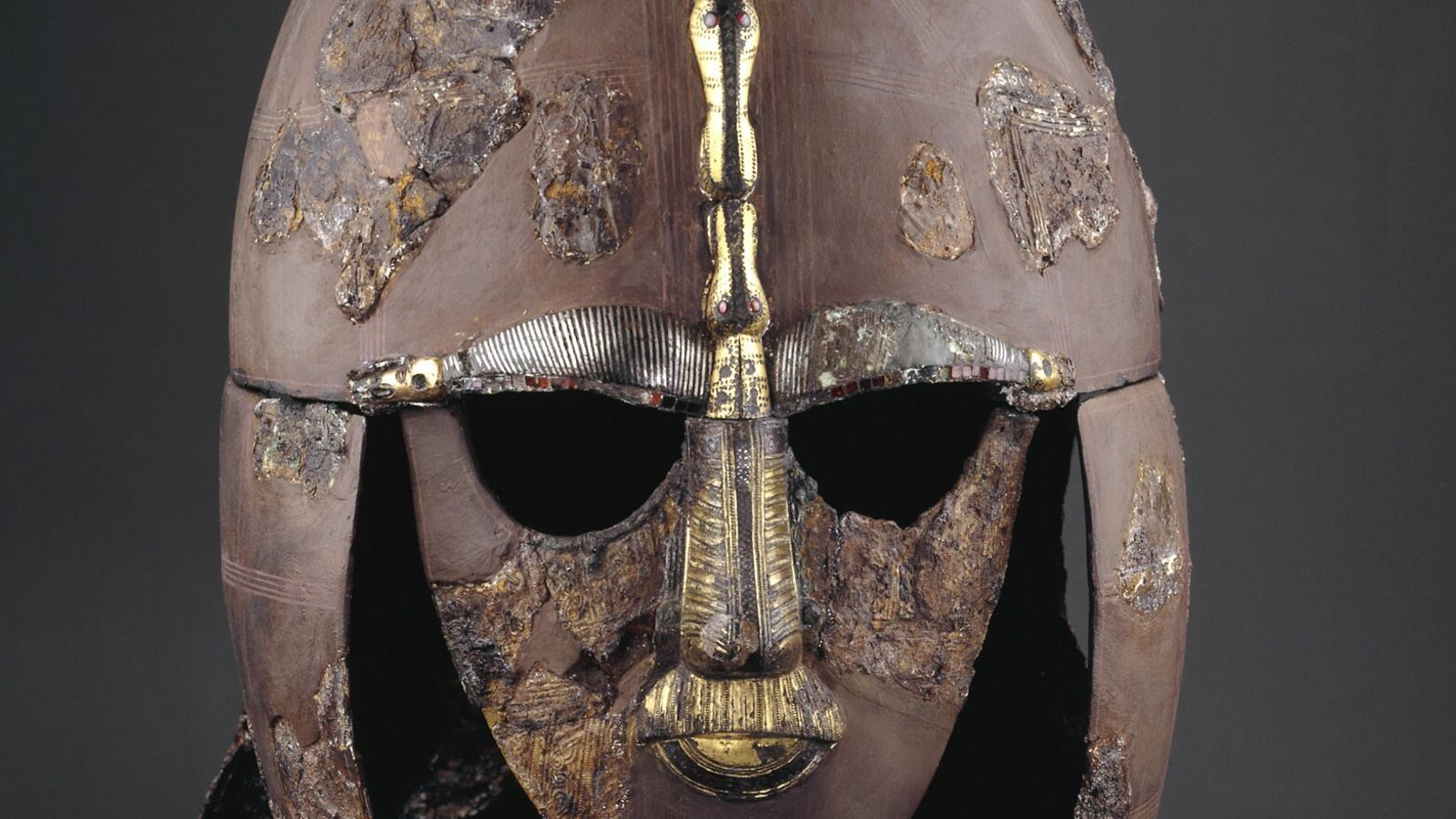 Dieser außergewöhnliche Helm wurde im frühen 7. Jahrhundert n. Chr. mit seinem angelsächsischen Besitzer – einem ...