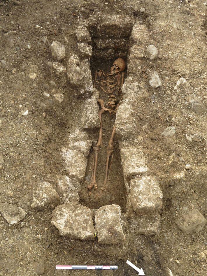 Adelasius wurde in einem Grab bestattet, das von Steinen begrenzt wurde, was ein Hinweis auf seinen ...