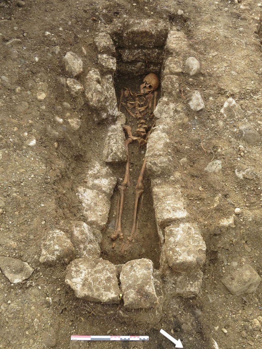 Adelasius wurde in einem Grab bestattet, das von Steinen begrenzt wurde, was ein Hinweis auf seinen möglicherweise hohen Status sein könnte.