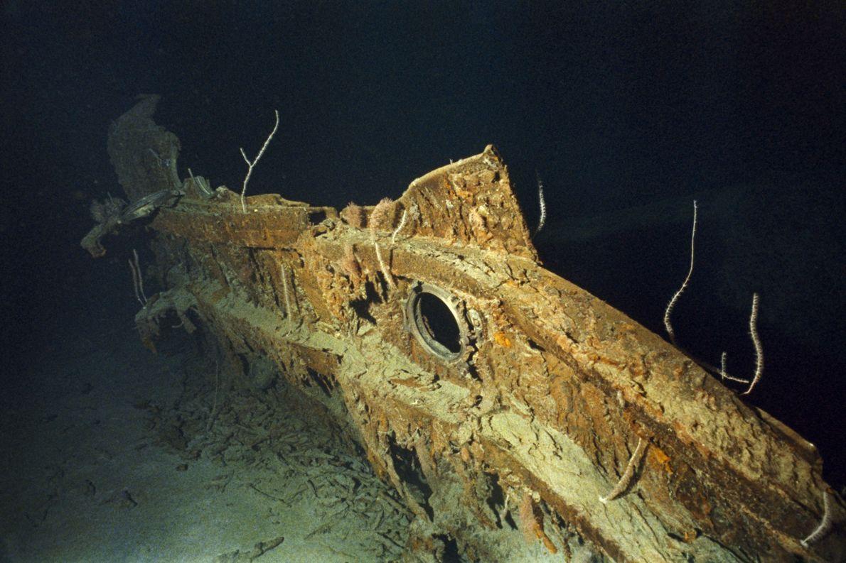 Ein Fragment der Schiffshülle der Titanic mit einem Bullauge.