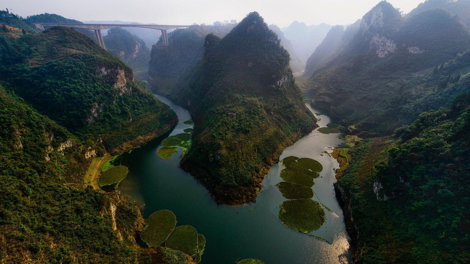 Die Schluchten in der chinesischen Provinz Guizhou leuchten im Sonnenlicht. Zahnfossilien aus der Provinz deuten darauf ...